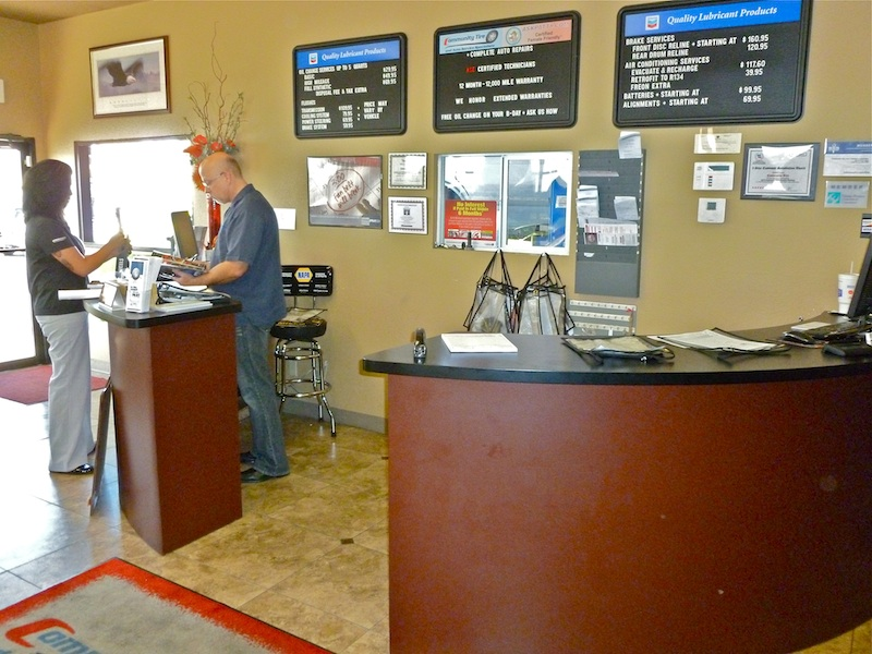 Az-Phx-Community-Tire-800px-2011-07-21-Service-Desk
